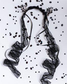 Čierna čelenka, ktorá je ozdobená čipkou a drôtenými, korálkovými a flitrovými časťami. Je elegantná, vhodná na rôzne festivaly