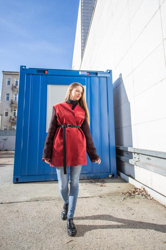 červený kabát nosimumenie