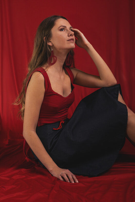 červený crop top nosimumenie